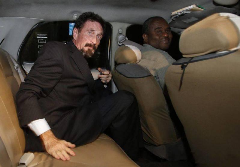 john macfee dans une voiture