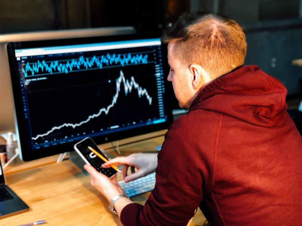 Un trader surveille les marchés à la recherche de signaux d'achat ou de vente